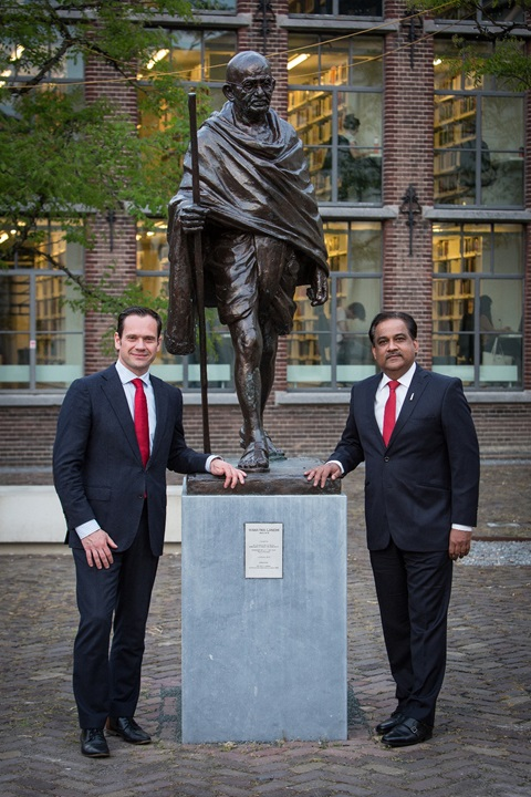 Mahatma Gandhi Statue Utrecht, Mayor of De Bilt